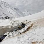 Автомобильное движение в горном перевале